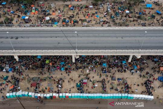 Kolong jembatan menjadi shelter bagi ribuan migran di Del Rio, Texas