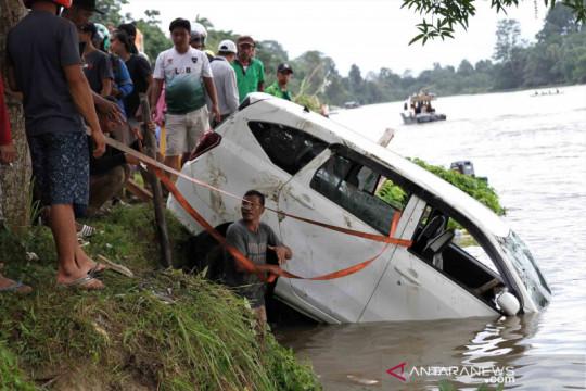 Sebuah mobil terjungkal ke sungai saat menyeberang, tiga penumpang meninggal dunia