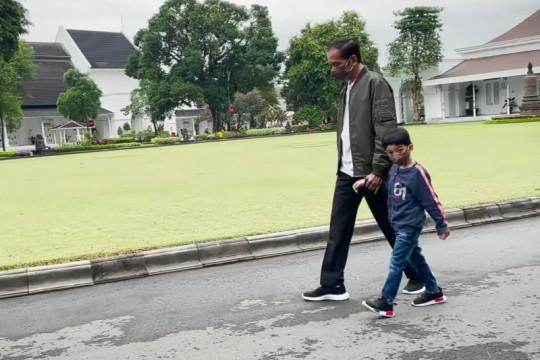 Presiden bagikan video momen jalan dan bersepeda bersama Jan Ethes