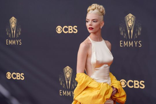 Bintang serial televisi tampil menawan di karpet merah Emmy Awards