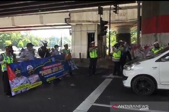 Operasi Patuh Jaya, polisi bagikan masker di Jakarta Timur