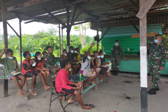 Satgas TNI memberi bimbingan belajar anak di perbatasan RI-PNG