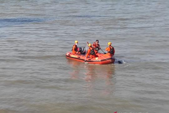 Kapal sekoci Jembatan Musi I terbalik di perairan Mentok