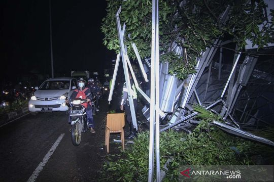Dampak hujan disertai angin kencang di Depok