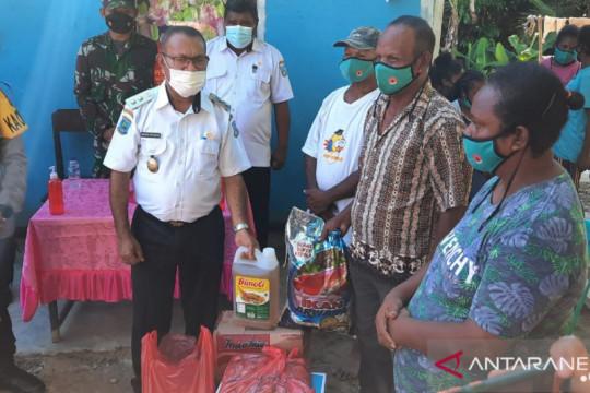 Warga korban banjir di Teluk Wondama-Papua Barat diberikan bantuan