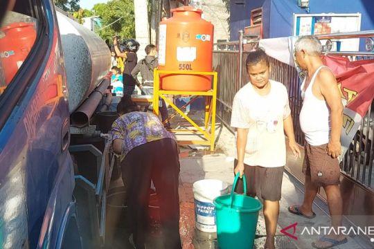 Warga Pademangan beramai-ramai ambil air dari mobil tangki