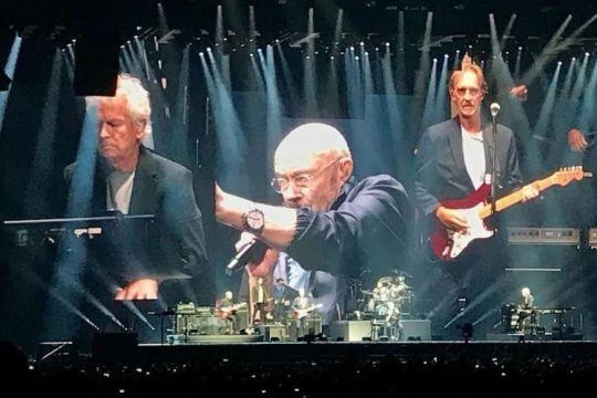 Phil Collins tampil di tur Genesis meski alami masalah kesehatan