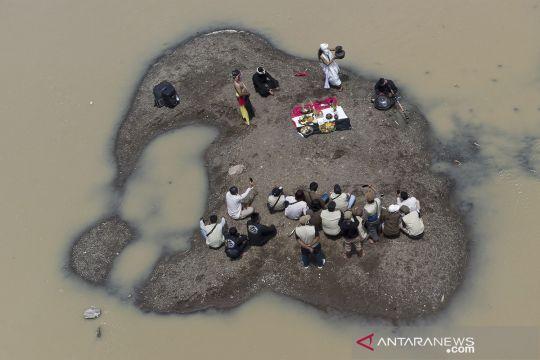 Tradisi ruwatan sungai Cilamaya di Bendungan Barugbug Karawang