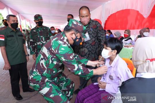 Panglima TNI tinjau vaksinasi 800 pelajar di Pekanbaru