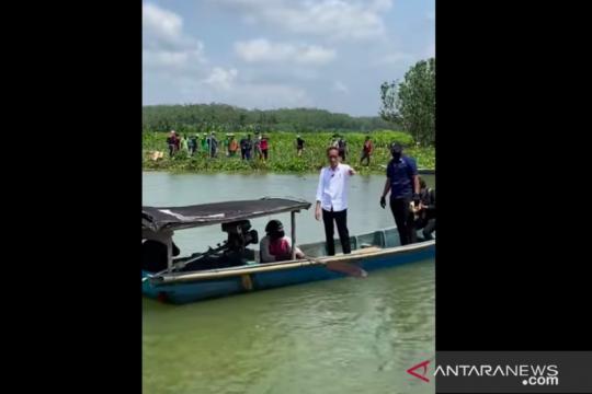 Presiden naik perahu seberangi sungai untuk sapa warga di Cilacap