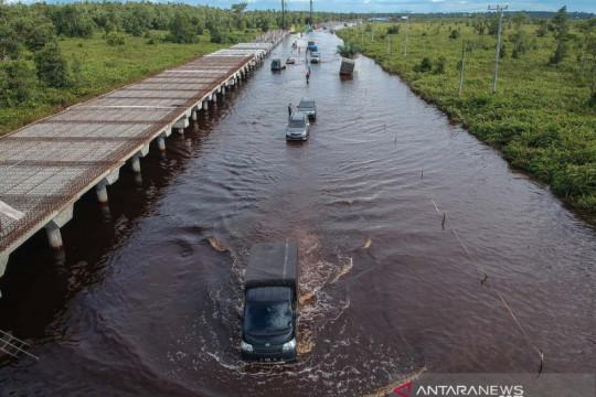 Jalan Trans Kalimantan Bukit Rawi terendam banjir