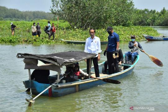 Kemarin, Presiden naik perahu hingga doa bersama tokoh lintas agama