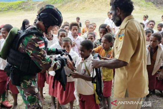 Satgas TNI bagikan tas sekolah untuk siswa SD di perbatasan RI-PNG