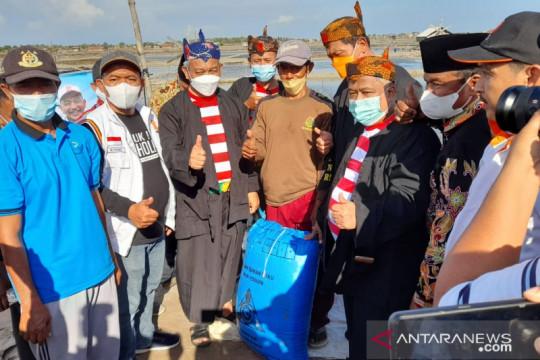 Bantu petani, PKS beli 10 ton garam rakyat di Madura