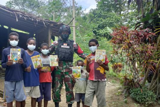Satgas TNI bagikan peralatan sekolah anak Papua di perbatasan RI-PNG