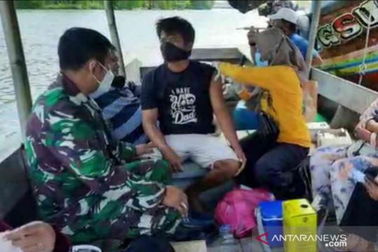 Nelayan di Muaragembong Bekasi dapat layanan vaksinasi di perahu