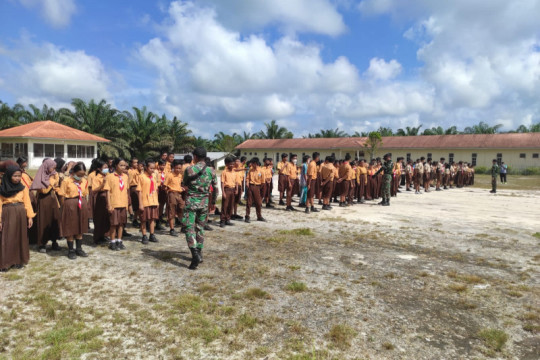 Satgas Pamtas melatih wawasan kebangsaan siswa SMP perbatasan