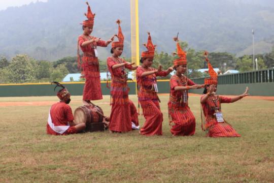 Tari Pa'gellu warnai pertandingan bisbol PON Papua