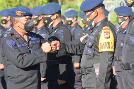 Polda Sulbar memberangkatkan 100 personel Brimob bantu pengamanan PON