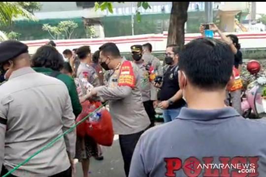 Demo berakhir, Polisi bersama BEM SI pungut sampah