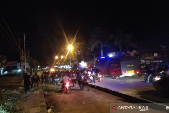 Polisi pukul mundur demonstran peringatan tewasnya Randi-Yusuf