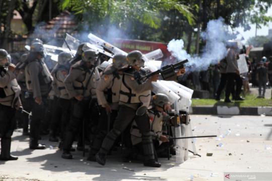 Bentrok mahasiswa dengan kepolisian di Kendari