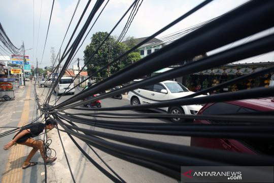 Instalasi kabel semrawut di Tangsel
