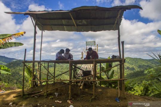 Mendaki bukit demi akses internet