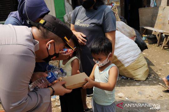 Polsek Cilandak salurkan bantuan untuk pemulung Pondok Labu