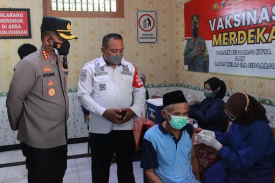 Ratusan narapidana Lapas Sidoarjo jalani vaksinasi COVID-19