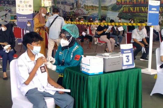 Mendikbudristek tinjau vaksinasi pelajar dan guru di Jambi
