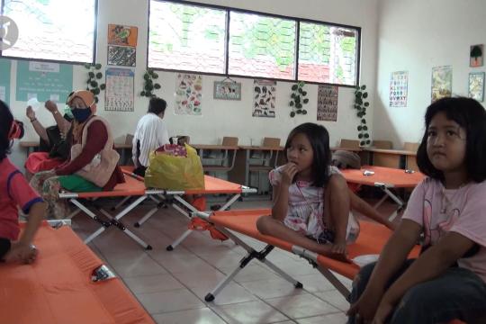 Banjir masih tinggi, sekolah jadi tempat mengungsi