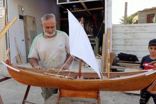 Pembuat perahu di Basra membuat model miniatur