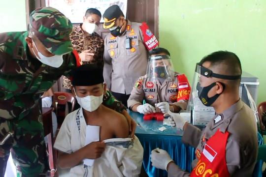 Polres dan Kodim Aceh Barat vaksin para santri