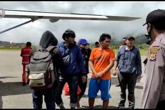 Satgas Nemangkawi evakuasi 17 warga Kiwirok ke Oksibil