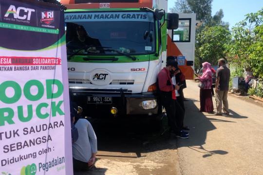 Foodtruck ACT bagi makanan ke pemulung