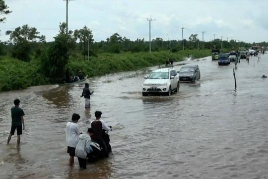Jalan Trans Kalimantan poros tengah terendam banjir