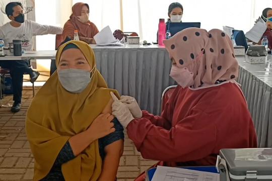 Ratusan pedagang Pasar Kranggot Cilegon jalani vaksinasi