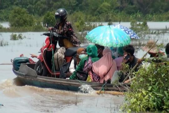Tergenang banjir, Trans Kalimantan dipadati antrean kendaraan