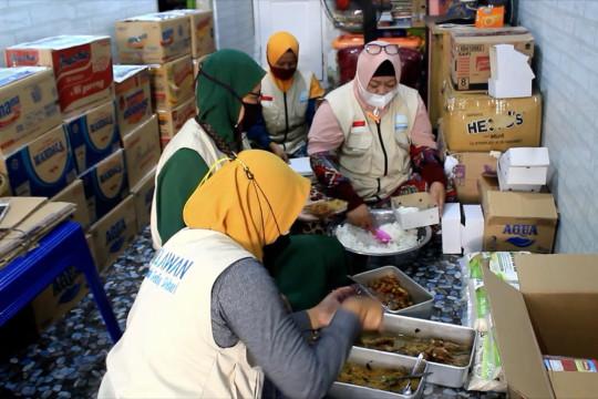 Relawan di Purworejo berbagi makanan untuk warga isoman
