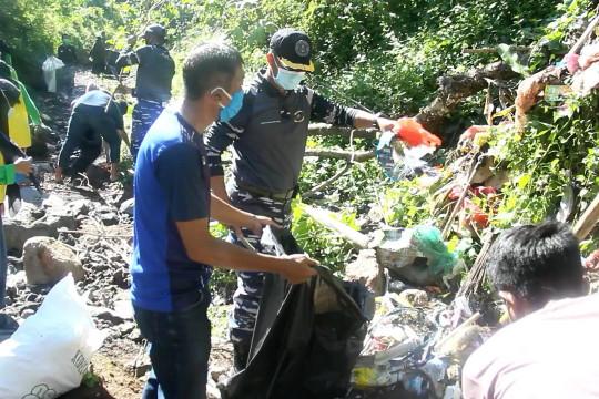 Lanal Ternate berkolaborasi bersihkan sampah Kali Tugu Rara