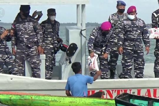 Lanal Lhokseumawe bagikan bantuan di tengah laut