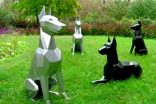 Sergei Dzhabbarov memproduksi patung anjing dari besi tua