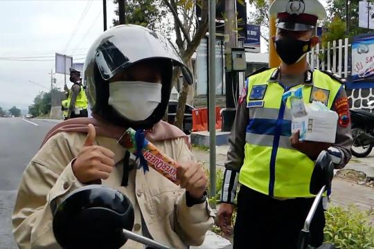 Tertib lalu lintas, pengendara di Temanggung diberi hadiah cokelat