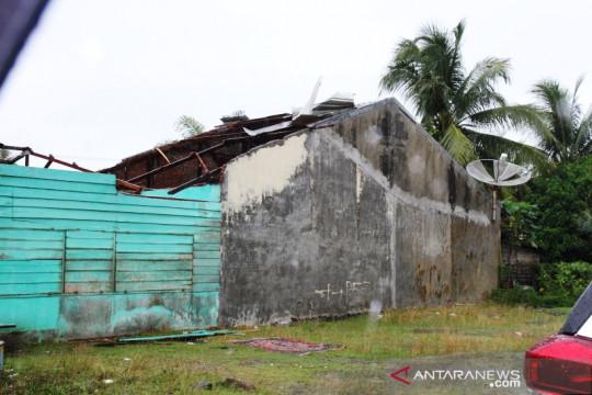Badai rusak tiga rumah dan satu sekolah di Meulaboh Aceh Barat