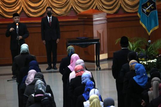 Wali Kota Eri memutasi dan rotasi 129 pejabat Pemkot Surabaya