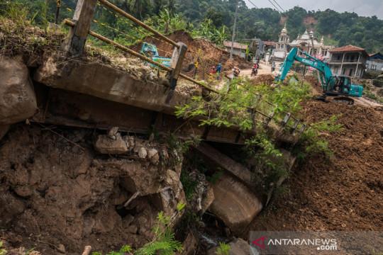 Perbaikan jalan nasional pascabencana longsor di Lebak Banten