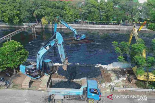Gerebek lumpur di Kali Sunter untuk antisipasi banjir di 14 RT