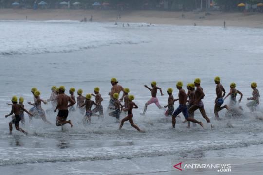 """Bangkitkan pariwisata, WNA ikuti """"Bali Ocean Swim"""" di Pantai Kuta"""