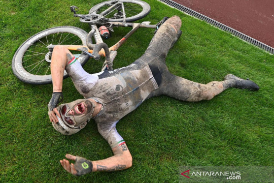 Bergelimang lumpur, pembalap sepeda Italia Sonny Colbrelli juara Paris-Roubaix